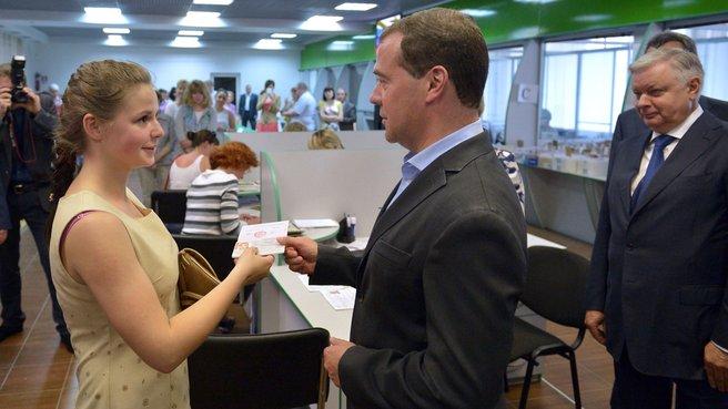Председатель Правительства вручает российский паспорт жительнице Севастополя