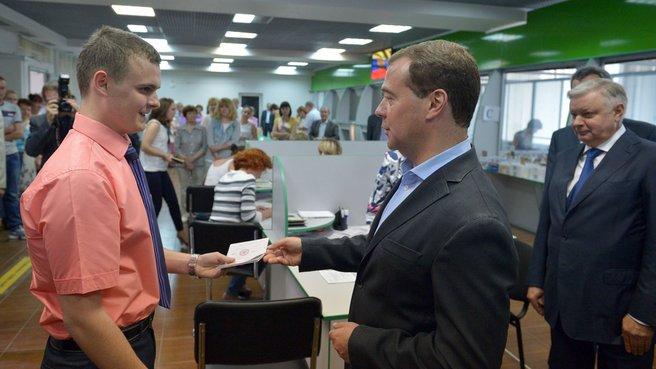 Председатель Правительства вручает российский паспорт жителю Севастополя