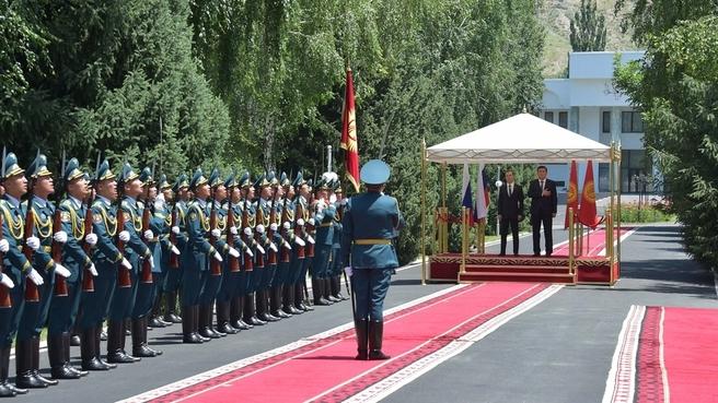 Церемония официальной встречи Председателя Правительства России Дмитрия Медведева Премьер-министром Киргизии Сооронбаем Жээнбековым