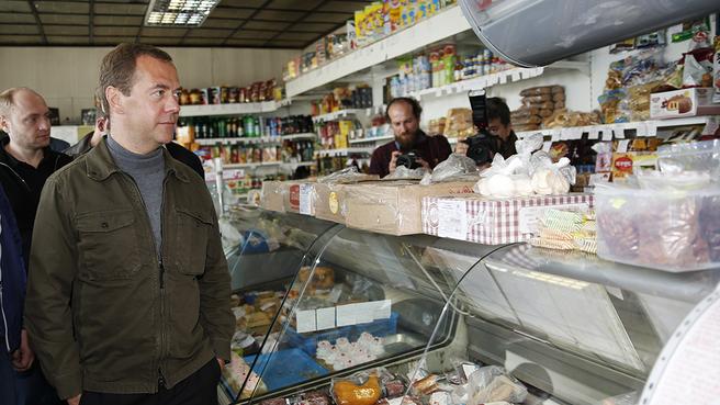 Посещение одного из продуктовых магазинов острова Итуруп на Курилах. С Министром  по развитию Дальнего Востока Александром Галушкой