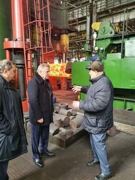 Член коллегии Военно-промышленной комиссии Вячеслав Шпорт на заводе «Тяжпрессмаш»