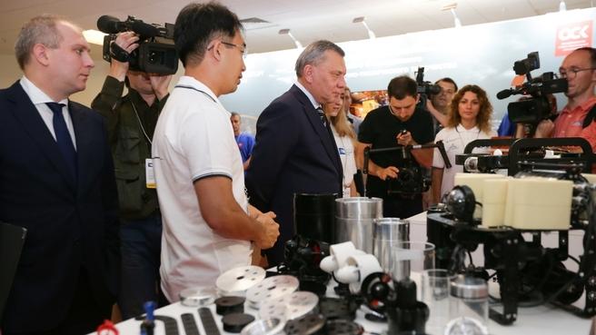 Юрий Борисов посетил Международный дальневосточный морской салон
