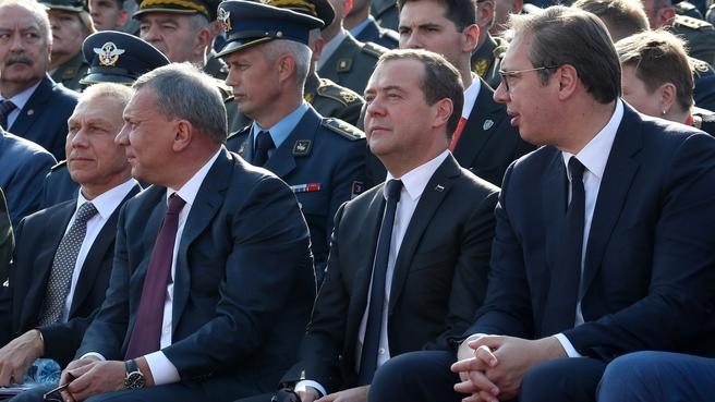 На военном параде в Белграде с Президентом Сербии Александром Вучичем (справа) и вице-премьером Юрием Борисовым