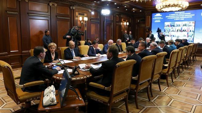 Селекторное совещание с главами регионов по вопросам обеспечения устойчивого развития экономики и социальной стабильности в 2015 году