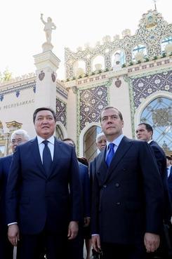С Премьер-министром Республики Казахстан Аскаром Маминым во время посещения реконструированного павильона «Казахстан» на территории ВДНХ