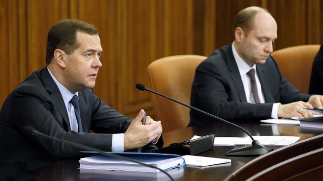 Дмитрий Медведев и Министр по развитию Дальнего Востока Александр Галушка на совещании о реализации на Дальнем Востоке мероприятий по обеспечению устойчивого развития экономики и социальной стабильности