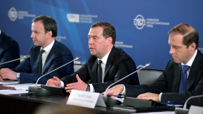 С заместителем Председателя Правительства Аркадием Дворковичем и Министром промышленности и торговли Денисом Мантуровым