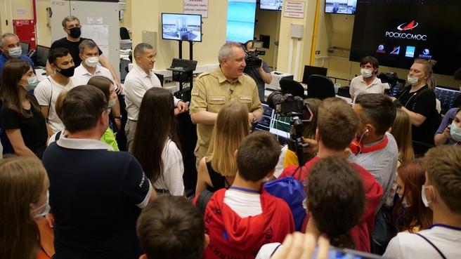 Генеральный директор Государственной корпорации по космической деятельности «Роскосмос» Дмитрий Рогозин проводит экскурсию по космодрому «Восточный»