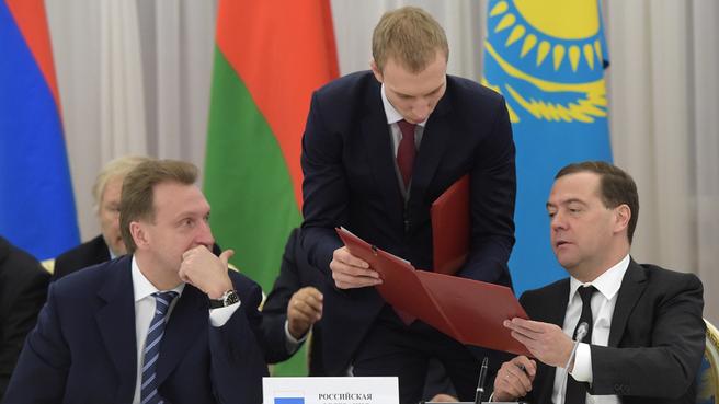 Подписание совместных документов по завершении первого заседания Евразийского межправительственного совета