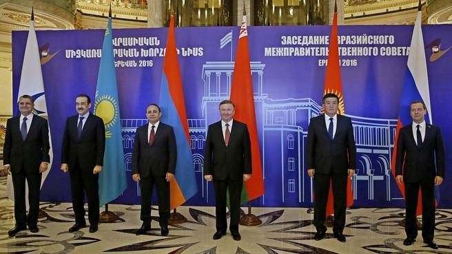Совместное фотографирование глав делегаций, принимающих участие в заседании Евразийского межправительственного совета