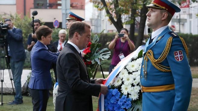 Возложение венка к Монументу советским войнам, погибшим при освобождении Белграда