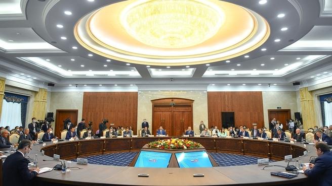Алексей Оверчук  на  заседании Межправительственной Российско-Киргизской комиссии по торгово-экономическому, научно-техническому и гуманитарному сотрудничеству. Фотография предоставлена пресс-службой правительства республики Киргизия