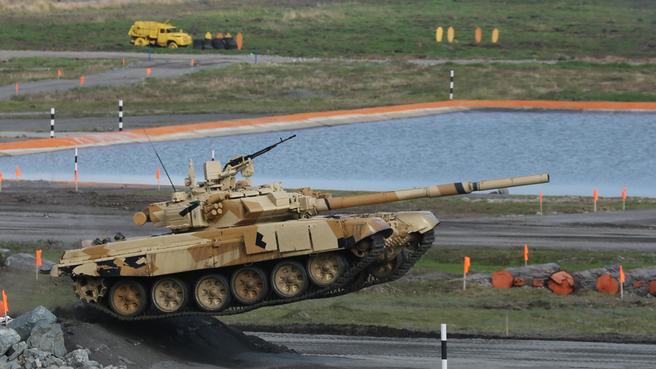 Демонстрационный показ боевых и эксплуатационных возможностей военной, инженерной, автомобильной техники и боевого применения авиационных средств поражения