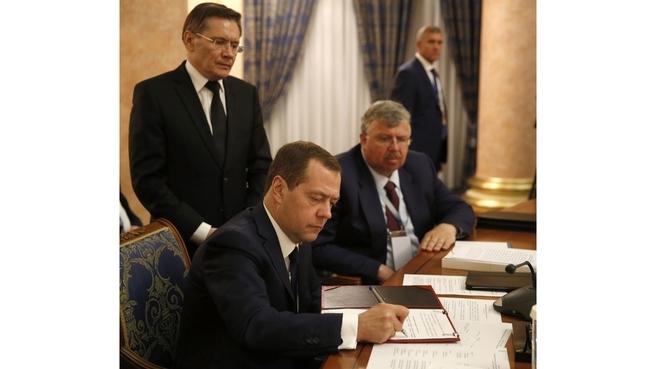 Подписание документов по завершении заседания