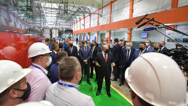 Михаил Мишустин пообщался с сотрудниками во время посещения Тверского вагоностроительного завода