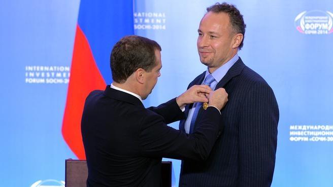 Со старшим вице-президентом организационного комитета «Сочи-2014» Александром Вронским, награждённым орденом «За заслуги перед Отечеством» IV степени