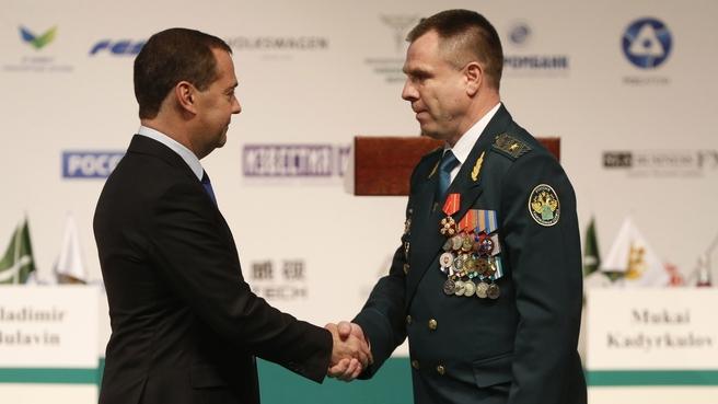 Церемония награждения. С начальником  Управления противодействия коррупции ФТС  Францем Августиновичем