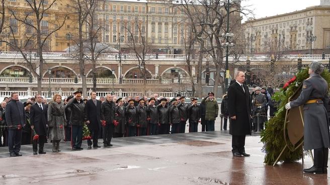 Церемония возложения венка к Могиле Неизвестного Солдата у Кремлёвской стены в День защитника Отечества