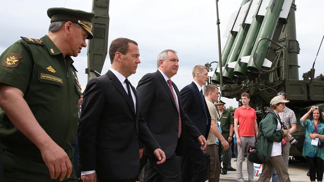 С главой Минобороны Сергеем Шойгу и заместителем Председателя Правительства Дмитрием Рогозиным