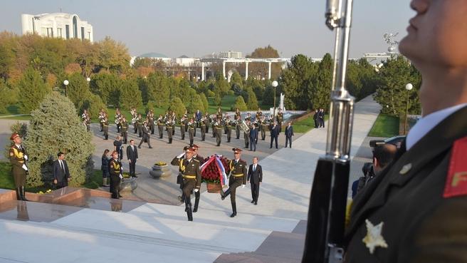 Возложение цветов к Монументу независимости и гуманизма