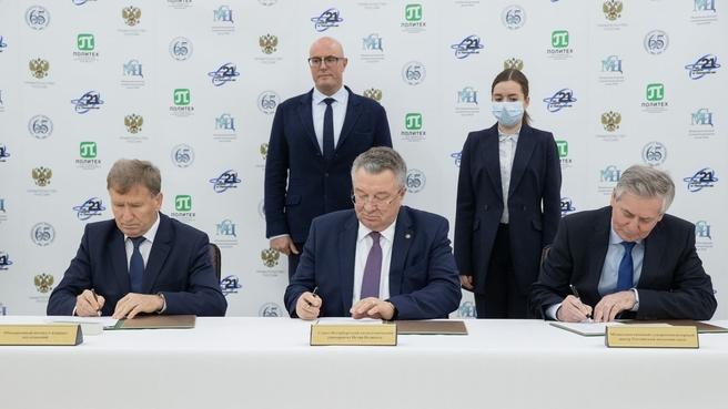 В присутствии Дмитрия Чернышенко в вузе было подписано соглашение о сотрудничестве между Санкт-Петербургским политехническим университетом Петра Великого, Межведомственным суперкомпьютерным центром РАН и Объединенным институтом ядерных исследований