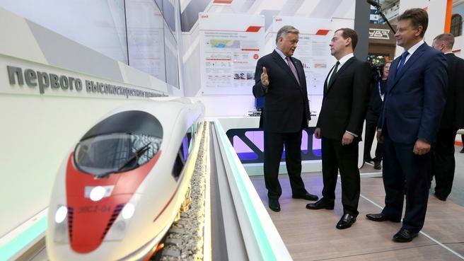 Осмотр стенда ОАО «Российские железные дороги»
