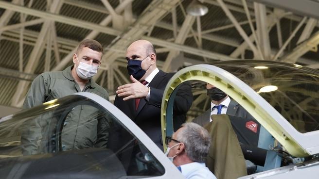 Михаил Мишустин посетил Комсомольский-на-Амуре авиационный завод имени Ю.А.Гагарина. С лётчиком-испытателем 1 класса Сергеем Китаевым