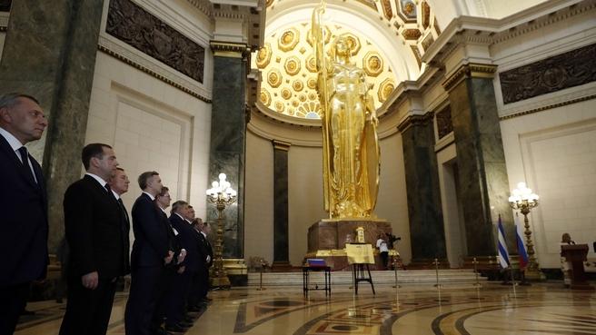 Церемония передачи Государственного флага России для его установки в Мавзолее и мемориальной доски в честь российских специалистов, участвовавших в золочении купола Капитолия