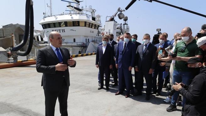 Михаил Мишустин беседует с представителями рыбопромышленных предприятий Курильских островов во время посещения рыбоперерабатывающего завода «Ясный»
