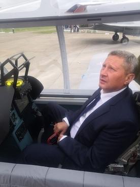 Первому заместителю председателя коллегии ВПК Андрею Ельчанинову представлен образец учебно-тренировочного самолета УТС-800