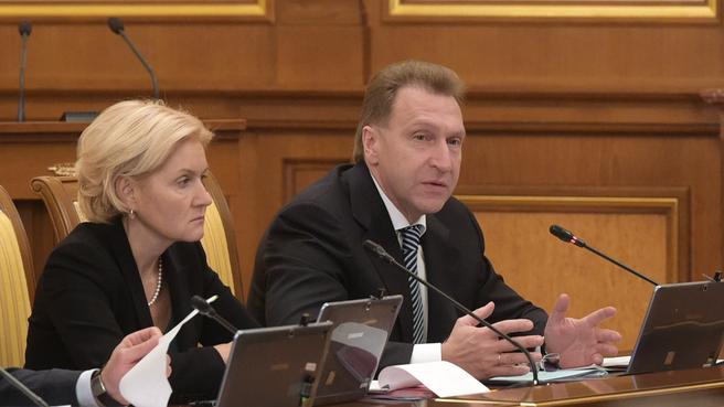 Ольга Голодец и Игорь Шувалов на заседании Правительства