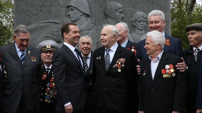 Встреча с ветеранами Великой Отечественной войны. У мемориала «Подвиг ваш бессмертен»