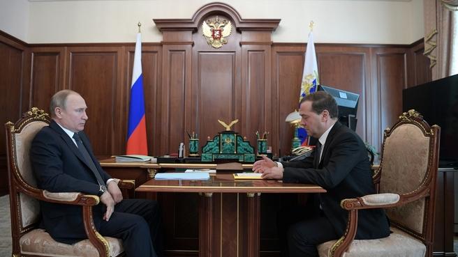 Встреча Президента России Владимира Путина с Председателем Правительства Дмитрием Медведевым. Фото пресс-службы Президента России