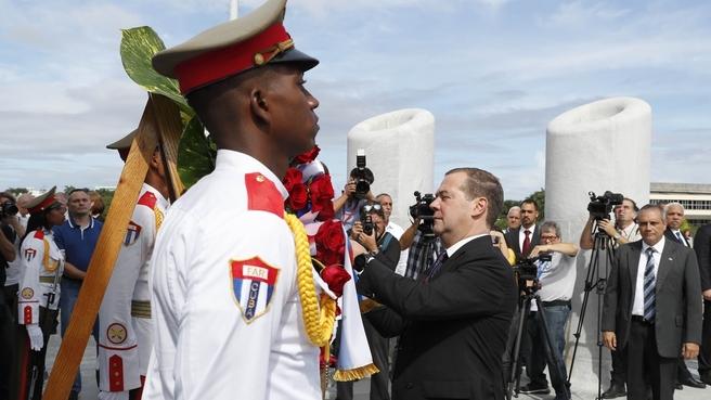 Возложение венка к монументу Хосе Марти в Гаване