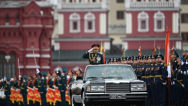 Министр обороны, генерал армии Сергей Шойгу во время военного парада в честь 72-й годовщины Победы в Великой Отечественной войне. Фото РИА Новости