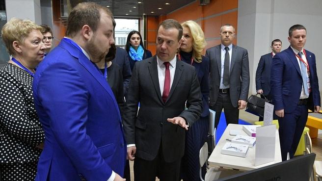 Осмотр стендов Московского международного салона образования