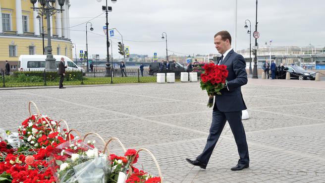 Возложение цветов к памятнику Петру I — Медному всаднику