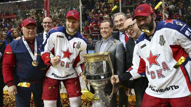 Дмитрий Медведев на церемонии награждения победителей матча «Авангард» – ЦСКА