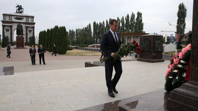 Возложение цветов к стеле «Курск - город воинской славы» и памятнику маршалу Г.К.Жукову
