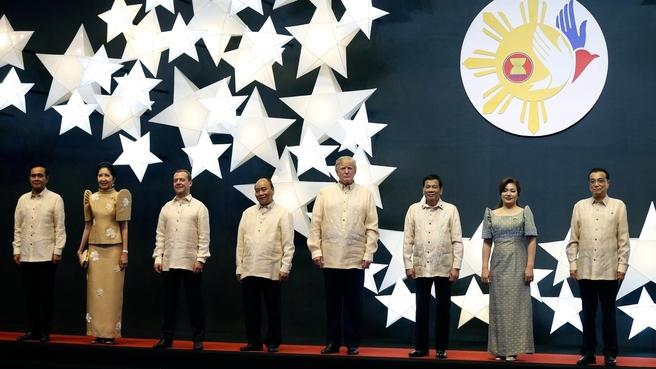 Совместное фотографирование участников саммита АСЕАН