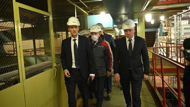 Марат Хуснуллин и Дмитрий Григоренко во время посещения Амурского судостроительного завода