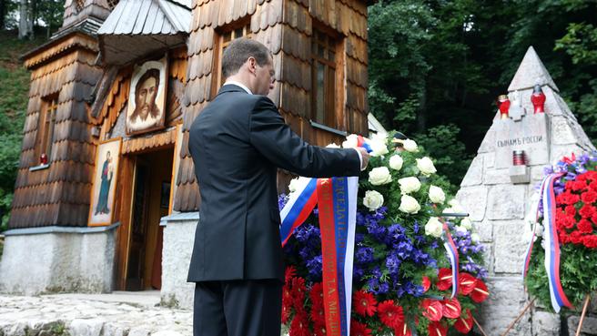 Возложение венка к памятнику, установленному на братской могиле русских воинов