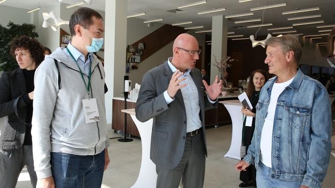 Дмитрий Чернышенко и президент Сбербанка Герман Греф на стратегической сессии по искусственному интеллекту для руководителей цифровой трансформации