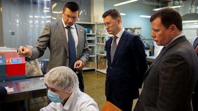Александр Новак во время посещения производственной площадки «ИнЭнерджи», компании-партнера «Роснано»