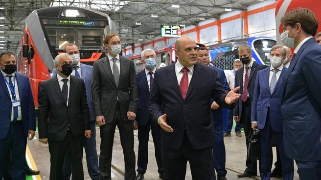 Михаил Мишустин посетил Тверской вагоностроительный завод. Справа на втором плане - Министр транспорта Виталий Савельев