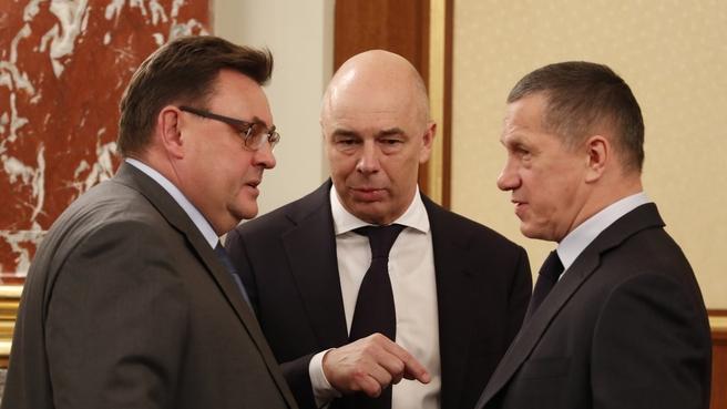 Константин Чуйченко, Антон Силуанов и Юрий Трутнев перед заседанием Правительства