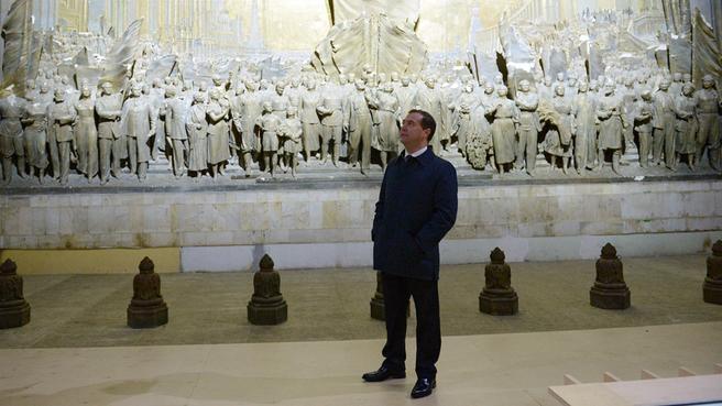 Осмотр горельефа Евгения Вучетича «Советскому народу, знаменосцу мира – слава!», расположенного в павильоне «Центральный»