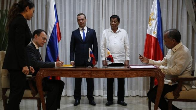 Подписание документов по завершении встречи