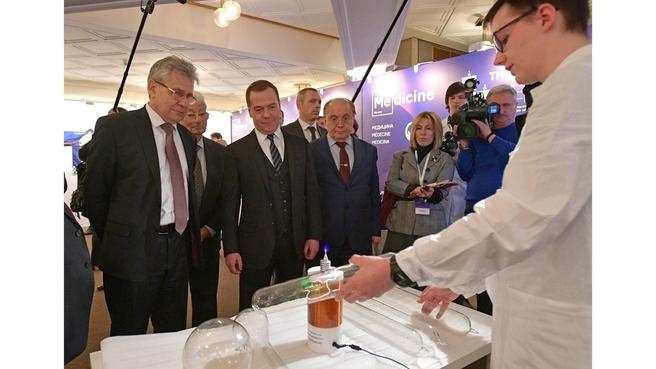 Осмотр выставки научно-исследовательских проектов в области химии