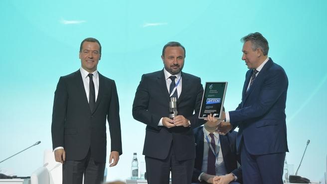 Церемония награждения лауреатов конкурса «Премия развития», учреждённого Внешэкономбанком. С президентом биотехнологической компании BIOCAD Дмитрием Морозовым